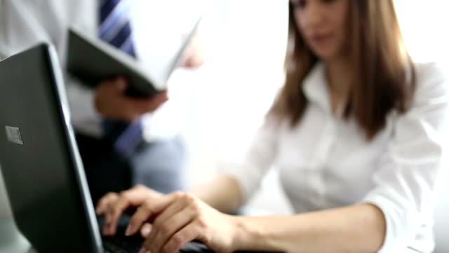 vídeos y material grabado en eventos de stock de de hombre y mujer en la oficina - secretaria