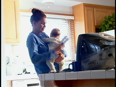 vidéos et rushes de working mom - téléphone sans fil