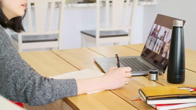 vidéos et rushes de mère de travail à la maison sur une réunion de chat web - bureau pièce