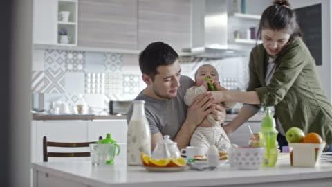 vídeos y material grabado en eventos de stock de working mother hurrying to work - desayuno