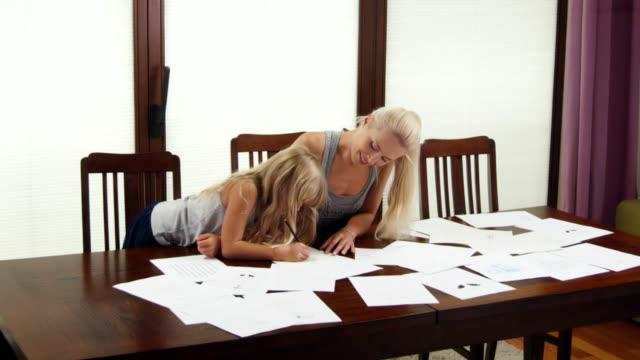 stockvideo's en b-roll-footage met working mother - designatelier