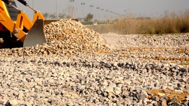 jcb arbeiten in der nähe des highway - bulldozer stock-videos und b-roll-filmmaterial