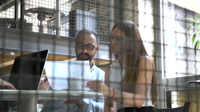 vídeos y material grabado en eventos de stock de trabajando con un receso - compromiso de los empleados