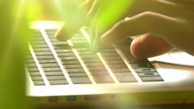 vídeos de stock, filmes e b-roll de trabalhando em um laptop - foco difuso