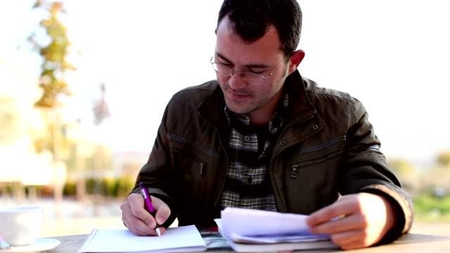 vídeos de stock, filmes e b-roll de trabalhar em documentos - aluno mais velho
