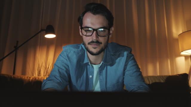 vídeos y material grabado en eventos de stock de trabajando en sus propios asuntos a altas horas de la noche. - vista de frente