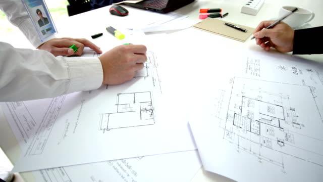 vídeos y material grabado en eventos de stock de trabajando en planes de casa - cianotipo plano