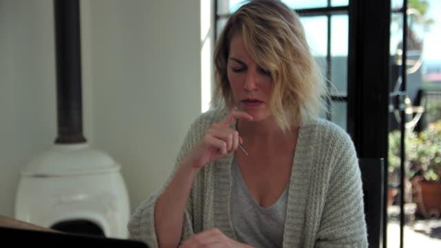 vídeos y material grabado en eventos de stock de working on laptop - mano en la barbilla