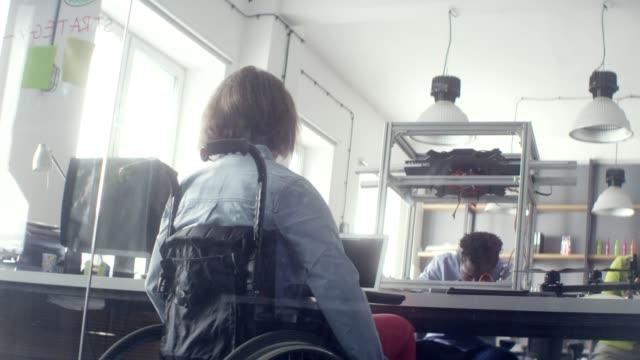 vídeos y material grabado en eventos de stock de trabajando en nuevas tecnologías. compañía startup - personas con discapacidad