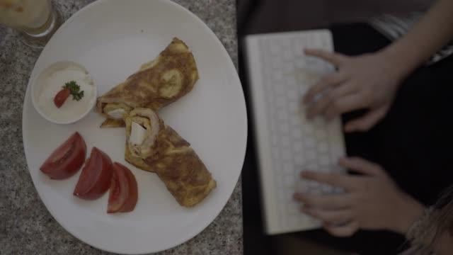 die arbeit an den business-lunch - mittagspause stock-videos und b-roll-filmmaterial