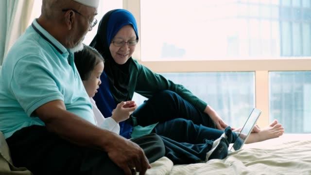 vídeos y material grabado en eventos de stock de trabajando en equipo con mis abuelos - malaysian culture