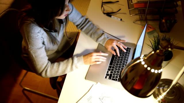 動作オンラインで - 書斎点の映像素材/bロール