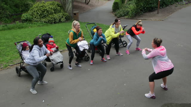 stockvideo's en b-roll-footage met trainen in het park - multitasken