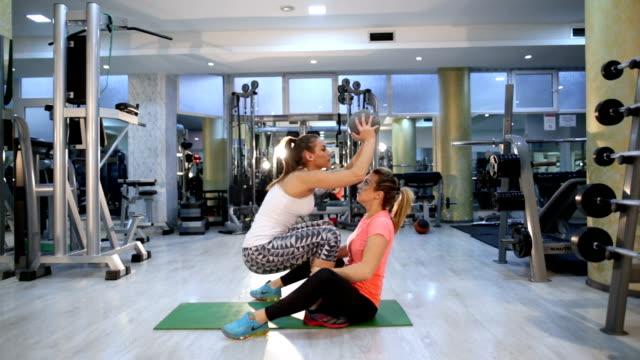 vídeos y material grabado en eventos de stock de ejercicios de pilates colaborando - miembro humano