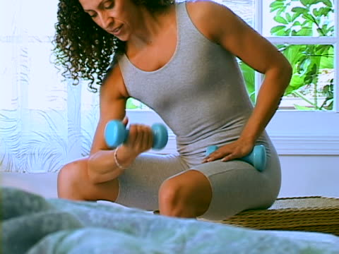 working out - handgewicht stock-videos und b-roll-filmmaterial
