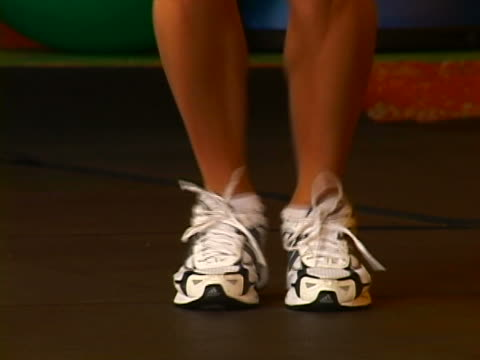 working out - solo una donna di età media video stock e b–roll