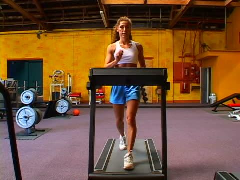 working out - einzelne frau über 30 stock-videos und b-roll-filmmaterial