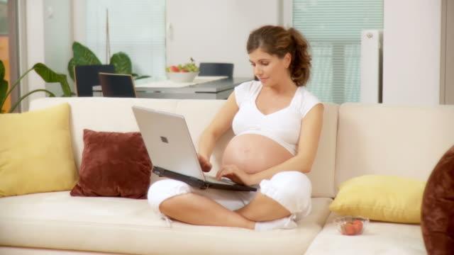 dolly hd: die schwangere frau - kamerafahrt mit dolly stock-videos und b-roll-filmmaterial