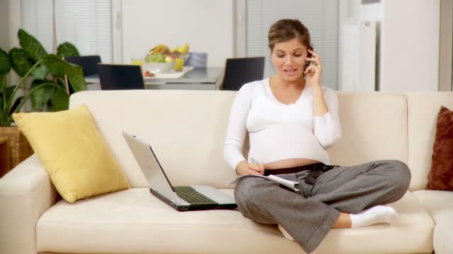 dolly hd: die schwangere frau - hd format stock-videos und b-roll-filmmaterial