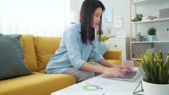 arbeiten aus der ferne von zu hause aus. - laptop benutzen stock-videos und b-roll-filmmaterial