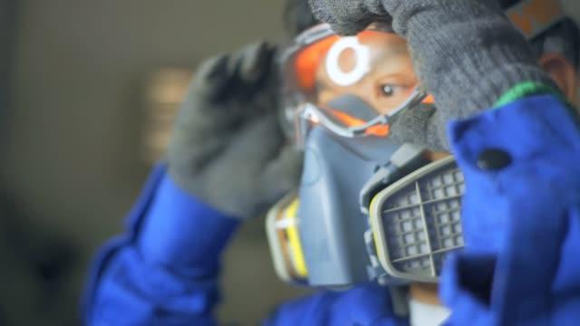 vídeos y material grabado en eventos de stock de seguridad de trabajo, gas tóxico, cámara lenta - guantes de protección