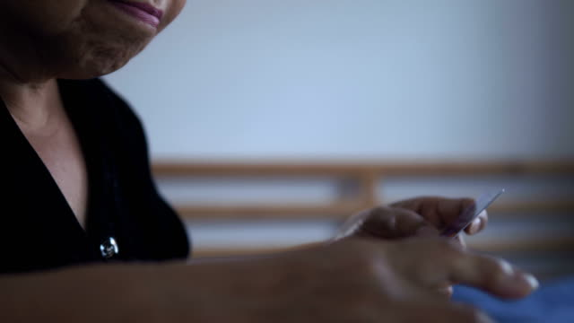 vídeos de stock e filmes b-roll de working seniors using laptop in bedroom - idoso na internet