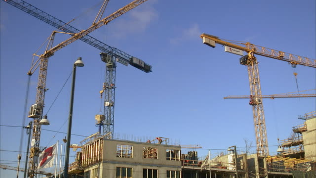working site with lifting cranes stockholm sweden. - 建設機械点の映像素材/bロール