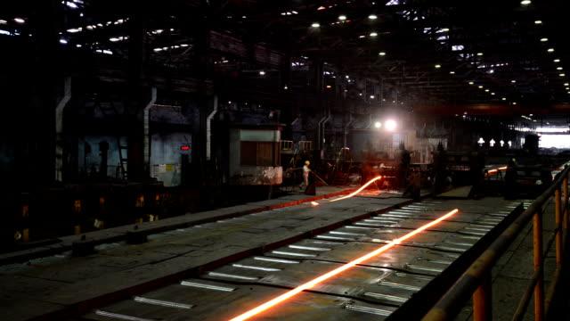 vídeos de stock, filmes e b-roll de rolling fábrica de aço de trabalho interior, tempo real. - foundry