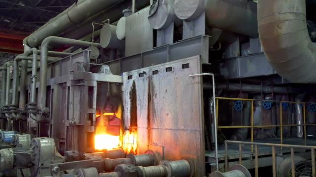 stockvideo's en b-roll-footage met working steel rolling factory interior, real time. - verwerkingsfabriek