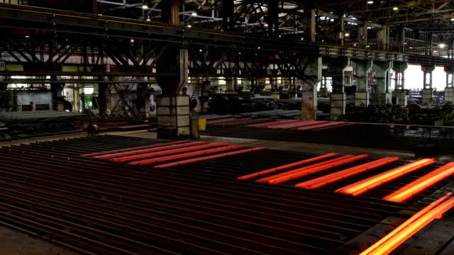 vídeos de stock, filmes e b-roll de rolling fábrica de aço de trabalho interior, intervalo de tempo. - metarlúgica