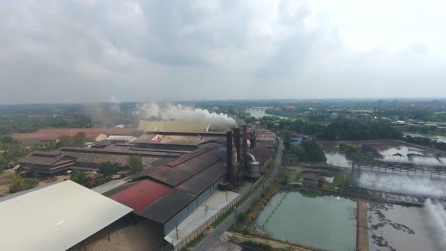 arbeiten zuckerkani-fabrik mit raucherschornsteinen, luftaufnahme - schwer stock-videos und b-roll-filmmaterial