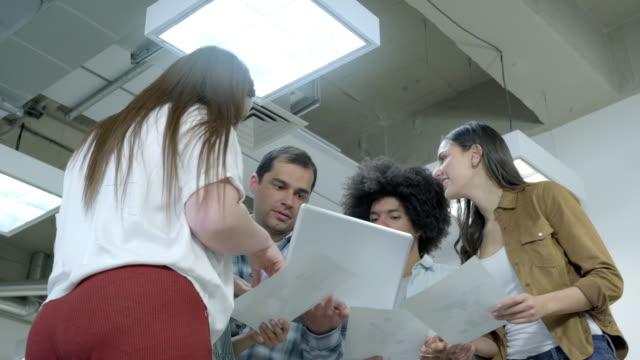 arbeitsteam sammelte gespräche über geschäftsfragen - lateinische schrift stock-videos und b-roll-filmmaterial