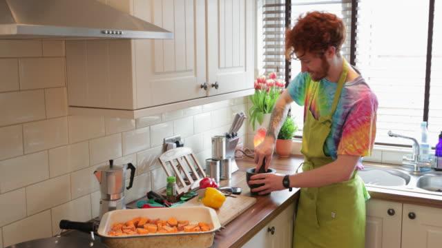 stockvideo's en b-roll-footage met samenwerken in de keuken - roodhoofd
