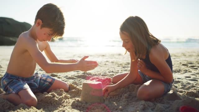 砂の城作りに一緒に取り組んで