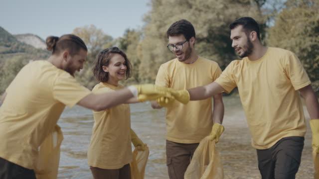zusammenarbeit! - ökotourismus stock-videos und b-roll-filmmaterial
