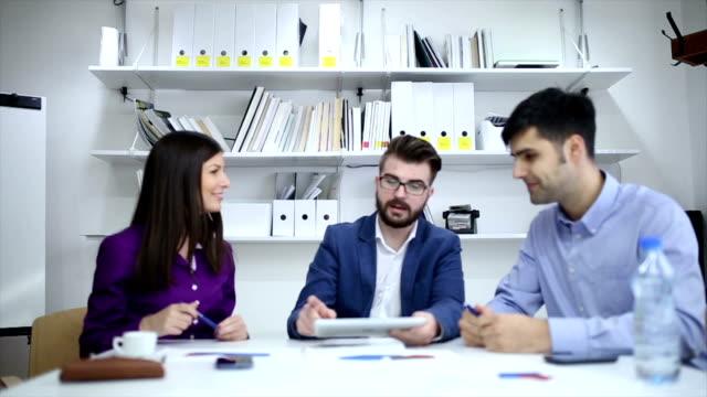 vídeos de stock, filmes e b-roll de trabalhando juntos - employee engagement