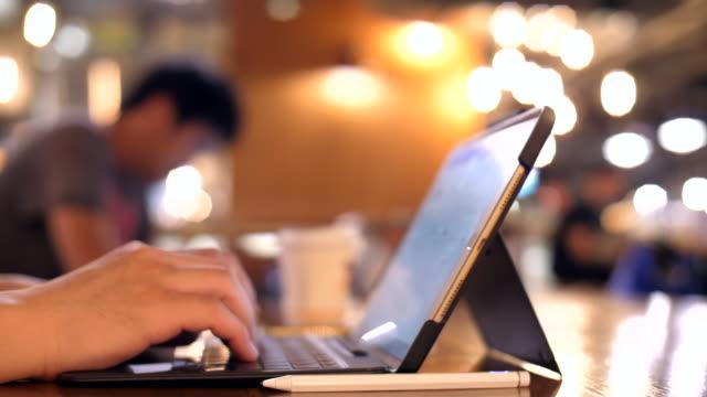 vídeos de stock, filmes e b-roll de trabalhar usando caneta e tablet digital - prancheta
