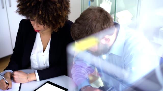 vídeos y material grabado en eventos de stock de trabajar con el mejor compañero de trabajo - two dimensional shape