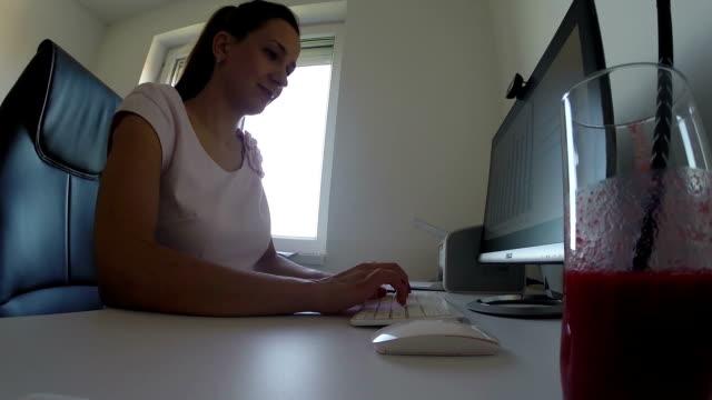 vídeos de stock, filmes e b-roll de trabalhando com computador - distante