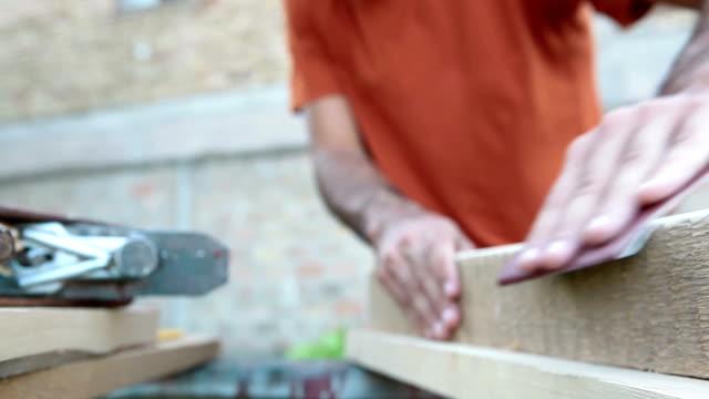 Zusammenarbeit mit sand Papier auf Holz Brett