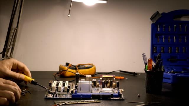 チップのドライバーの操作 - 電灯点の映像素材/bロール