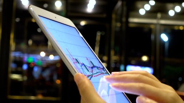 vidéos et rushes de travailler avec tablette sur le marché boursier - culture chinoise