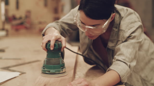 vídeos de stock e filmes b-roll de working with wood is my kind of art - vídeo