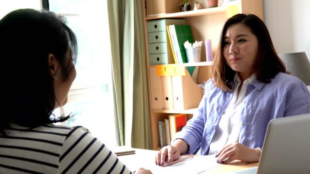 働く女性 - 助言点の映像素材/bロール