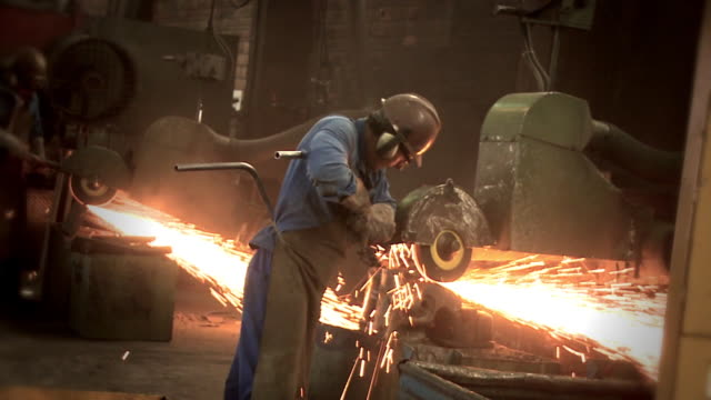 stockvideo's en b-roll-footage met workman grinder - metaalindustrie