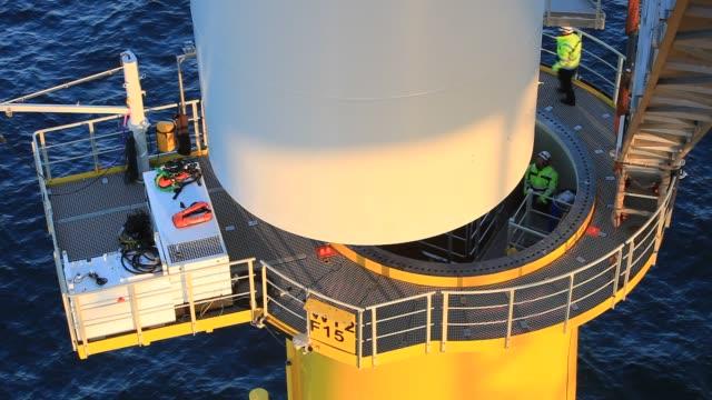 vídeos y material grabado en eventos de stock de workman off the jack up barge, krakken constructing the walney offshore windfarm off cumbria, uk. - embarcación industrial