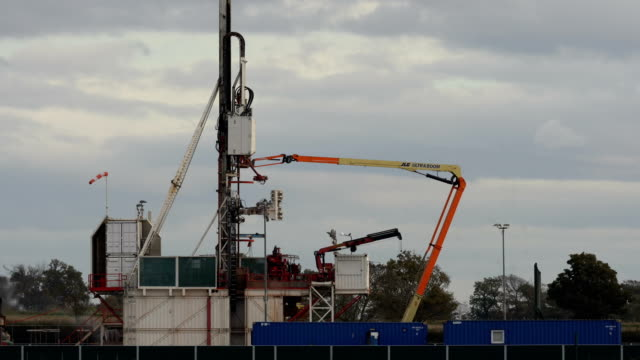 stockvideo's en b-roll-footage met workmen construct cuadrilla's shale gas fracking drilling rig near westby on october 12 2017 in blackpool england engineers have begun to build the... - schalie