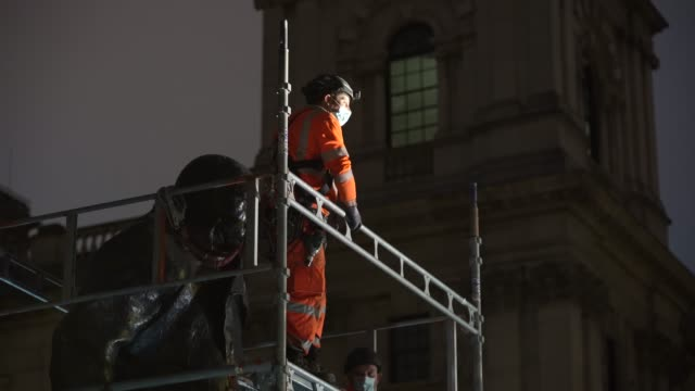 vídeos de stock e filmes b-roll de workmen erect scaffolding protection around the winston churchill statue at parliament square ahead of protests this weekend on june 11 2020 in... - andaime