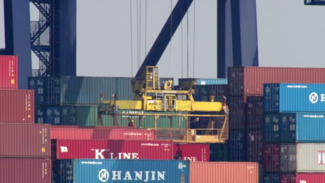 vídeos y material grabado en eventos de stock de ms workmen on platform being hoisted from containership / felixstowe, suffolk, united kingdom  - export palabra en inglés