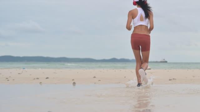 vidéos et rushes de entraînement à la mer - joggeuse